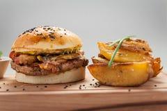 Hamburguesa con las patatas Fotos de archivo
