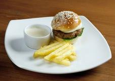 Hamburguesa con las patatas fritas Foto de archivo