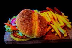Hamburguesa con las patatas fritas Fotos de archivo libres de regalías