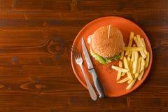 Hamburguesa con las patatas fritas desde arriba Foto de archivo libre de regalías