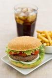 Hamburguesa con las patatas fritas y la bebida fresca Foto de archivo