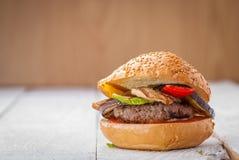 Hamburguesa con las verduras asadas a la parrilla Imagen de archivo libre de regalías