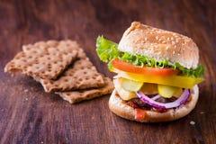 Hamburguesa con panes quebradizos Imagen de archivo