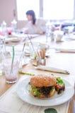 Hamburguesa de la quinoa del vegano en un restaurante imagen de archivo