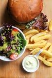 Hamburguesa de Vegean con lechuga, el tomate, y la patata imagen de archivo libre de regalías