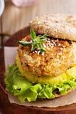 Hamburguesa del arroz y del vegano de las verduras fotos de archivo