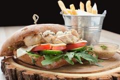 Hamburguesa del bocadillo de pollo del trigo, patatas fritas, salsa de mostaza SE Imagen de archivo