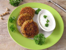 Hamburguesa del Falafel con el yogur de la hierba imágenes de archivo libres de regalías