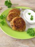 Hamburguesa del Falafel con el yogur de la hierba imagenes de archivo