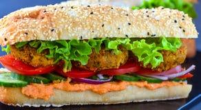 Hamburguesa del Falafel con pan y humus turcos imagenes de archivo
