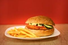 Hamburguesa del pollo con las patatas fritas Imagenes de archivo