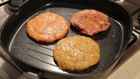 Hamburguesa del pollo que es cocinada metrajes