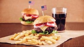 Hamburguesa del queso americano con las patatas fritas y la cola Fotografía de archivo