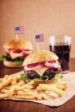 Hamburguesa del queso americano con las patatas fritas y la cola Imágenes de archivo libres de regalías
