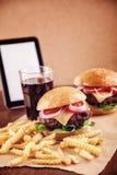 Hamburguesa del queso de la carne picada con las patatas fritas y la cola Imagen de archivo libre de regalías