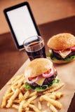 Hamburguesa del queso de la carne picada con las patatas fritas y la cola Fotografía de archivo libre de regalías