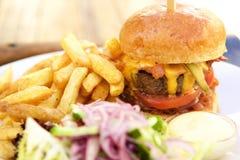 Hamburguesa del queso del tocino con las fritadas Imagenes de archivo
