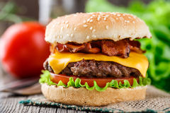 Hamburguesa del tocino con la chuleta de la carne de vaca Imagen de archivo libre de regalías