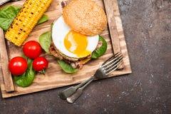 Hamburguesa del tocino de Homemmade con el huevo frito Fotografía de archivo