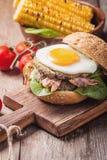 Hamburguesa del tocino de Homemmade con el huevo frito Imágenes de archivo libres de regalías