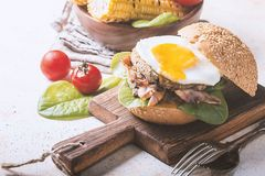 Hamburguesa del tocino de Homemmade con el huevo frito Imagenes de archivo