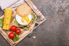 Hamburguesa del tocino de Homemmade con el huevo frito Foto de archivo