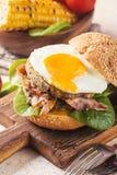 Hamburguesa del tocino de Homemmade con el huevo frito Imagen de archivo libre de regalías
