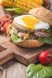 Hamburguesa del tocino de Homemmade con el huevo frito Fotos de archivo libres de regalías