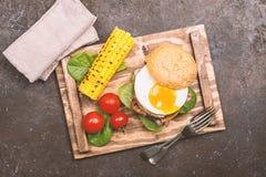 Hamburguesa del tocino de Homemmade con el huevo frito Imagen de archivo