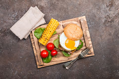 Hamburguesa del tocino de Homemmade con el huevo frito Foto de archivo libre de regalías