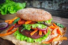 Hamburguesa del vegano de la lenteja de las remolachas Imagen de archivo
