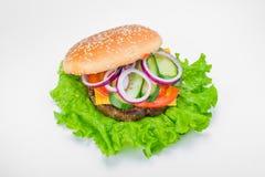 Hamburguesa deliciosa con la cebolla de las salmueras de los verdes Foto de archivo libre de regalías