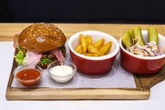 Hamburguesa deliciosa con tocino Fotografía de archivo libre de regalías