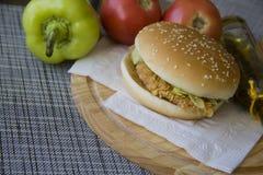 Hamburguesa deliciosa contra verduras frescas Fotos de archivo libres de regalías
