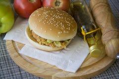 Hamburguesa deliciosa contra verduras frescas Fotos de archivo