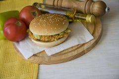 Hamburguesa deliciosa contra verduras frescas Imágenes de archivo libres de regalías