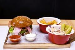 Hamburguesa deliciosa, hecho, con tocino Imágenes de archivo libres de regalías