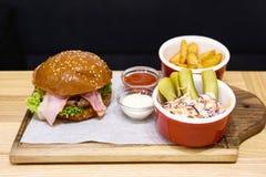 Hamburguesa deliciosa, hecho, con tocino Fotos de archivo libres de regalías