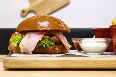 Hamburguesa deliciosa, hecho, con tocino Imagen de archivo libre de regalías