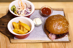 Hamburguesa deliciosa, hecho, con tocino Fotografía de archivo libre de regalías