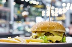 Hamburguesa doble del queso Fotografía de archivo libre de regalías