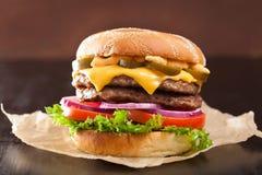 Hamburguesa doble del queso con la cebolla del tomate del jalapeno imagen de archivo