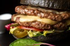 Hamburguesa doble negra hecha de la carne de vaca, con pimienta del jalapeno Cierre grande para arriba Foto de archivo