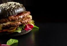 Hamburguesa doble negra hecha de la carne de vaca, con pimienta del jalapeno Cierre grande para arriba Fotos de archivo libres de regalías
