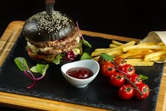 Hamburguesa doble negra hecha de la carne de vaca, con pimienta del jalapeno Salsa de tomate en una salsa blanca Fotos de archivo libres de regalías