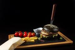 Hamburguesa doble negra hecha de la carne de vaca con pimienta, queso y vegetables-4 del jalapeno Foto de archivo libre de regalías