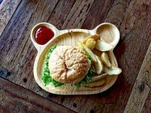 Hamburguesa en una bandeja de madera Imagenes de archivo