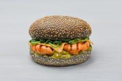 Hamburguesa fresca de la parrilla del pollo con espinaca, el pepino conservado en vinagre y el fondo del blanco del cheeseon Imagen de archivo