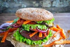 Hamburguesa fresca del vegano de la lenteja de las remolachas Foto de archivo libre de regalías