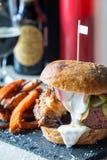 Hamburguesa grande del tocino sabroso fresco con Fried Sweet Potatoes y salsa blanca y refrescos Foto de archivo